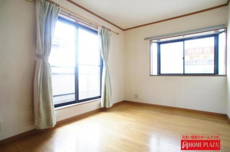 各洋室の窓は、2面採光を採用により、陽の光が2倍になっており明るいお部屋になっております。また、一部の窓が腰高窓なので、下に家具などを置けます。