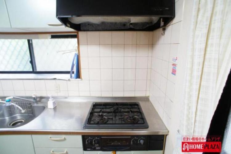 3つ口コンロで料理が捗ります。レンジフートはテフロン加工によりお掃除が楽になっております。