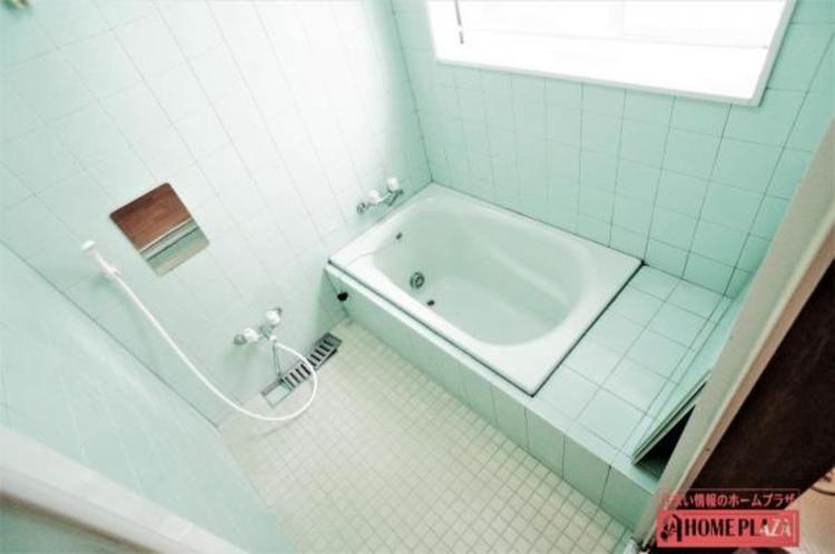 清潔感のあるお風呂場です。お風呂に窓があると、換気や通風が出来るので、カビ防止が出来て便利です。