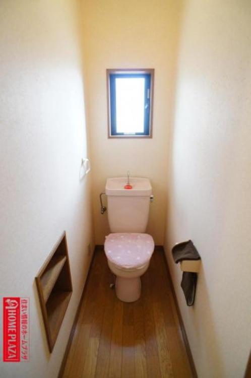 トイレには棚があり、ここにトイレットペーパーやお掃除道具等を収納できるので便利!
