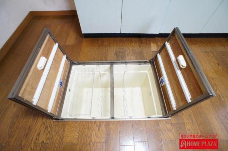 キッチンの床下収納は、普段使用しないカセットコンロや記念日に飲みたいお酒の保存・・・大活躍してくれます!