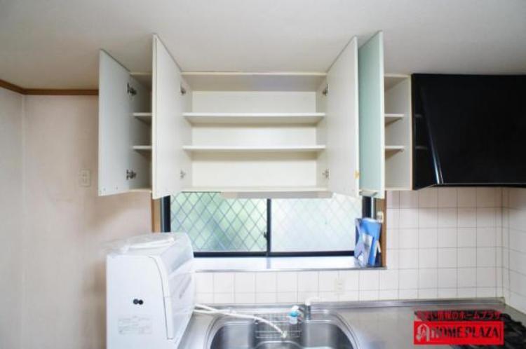 キッチンに吊戸棚があると、たまにしか使用しない物やストック品などの収納に最適。