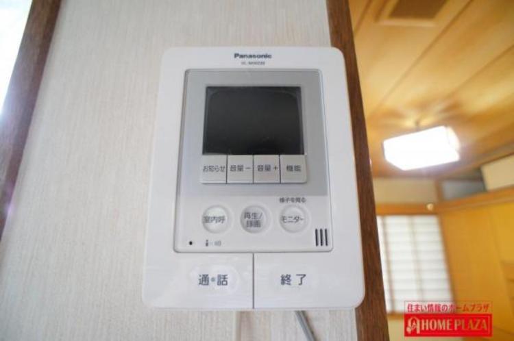 モニター付きインターフォンは、訪問者を確認出来るので防犯効果があります。