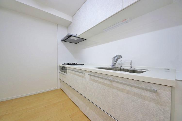 ホワイト調の清潔感のあるシステムキッチンで、お料理も楽しくできますね