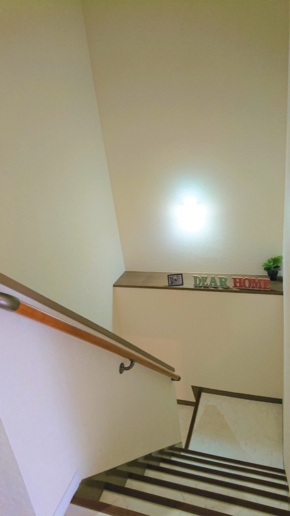 6階と7階を結ぶ室内階段です