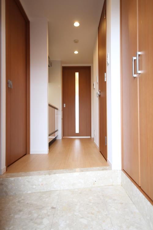 明るく開放感のある玄関スペース