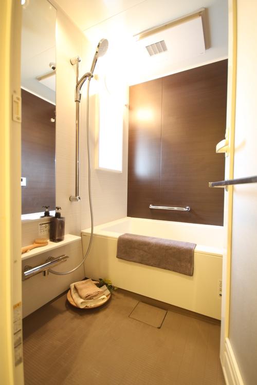 清潔感溢れるバスルーム。一日の疲れをじんわりと癒します