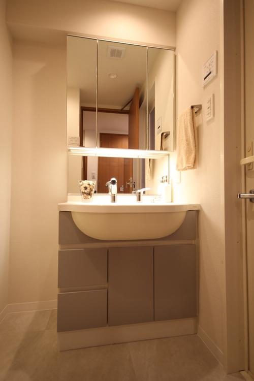 シンプルながらも存在感のある洗面化粧台