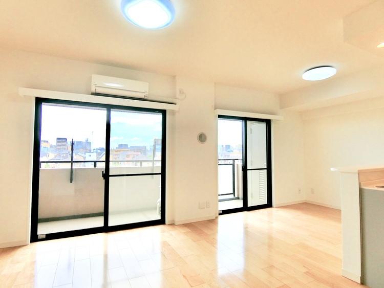 LDKには大きな窓が2つ。明るく風通しの良い室内です。