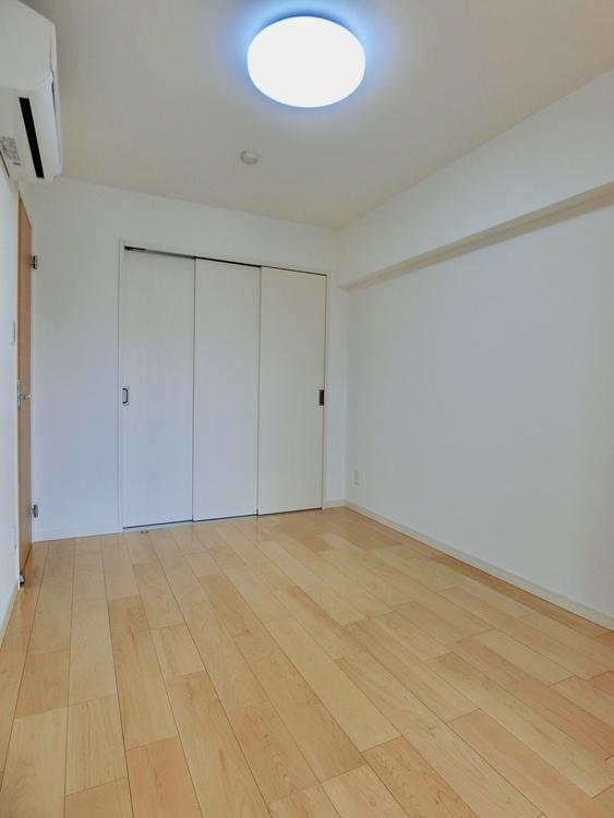 洋室はベッドと机など、家具の配置もしやすい間取りです。