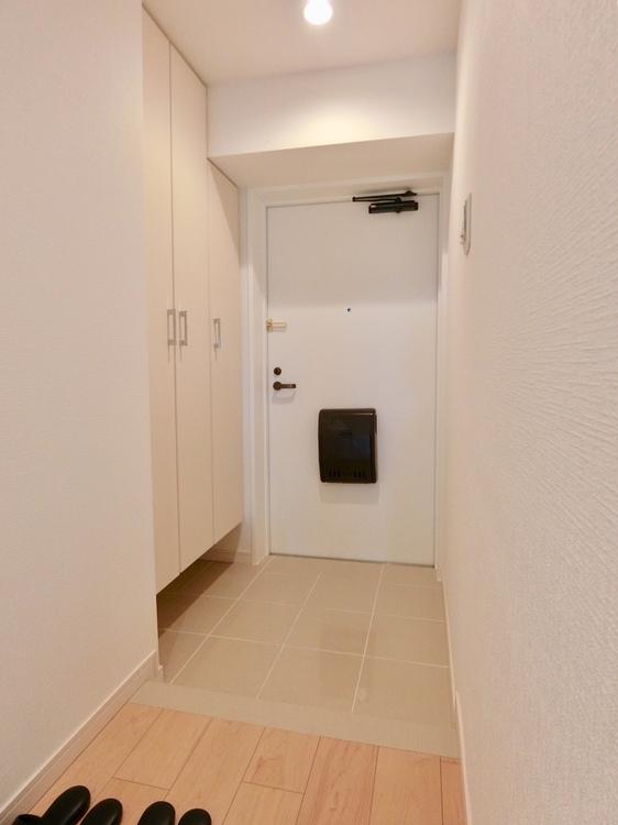 玄関収納は上から下までたっぷり収納可能です。
