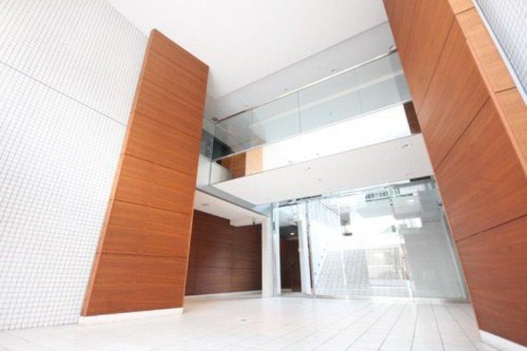 館内は静寂な中が保たれており、管理が行き届いている印象を受けました。スタイリッシュなエントランスは、マンションの一つの特徴でもあります。
