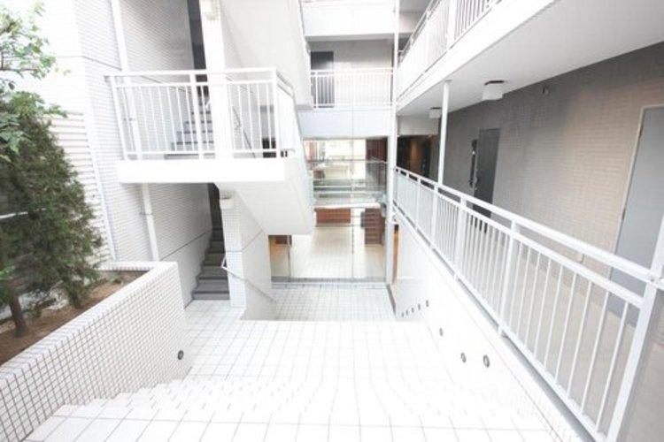 中庭を兼ねた階段は建物中央部にも光を取り込みます。