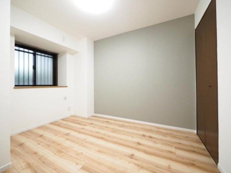 白を基調とした部屋は、部屋をより広く見せてくれます。光を反射するので部屋を明るく美しく見せる効果もあります。