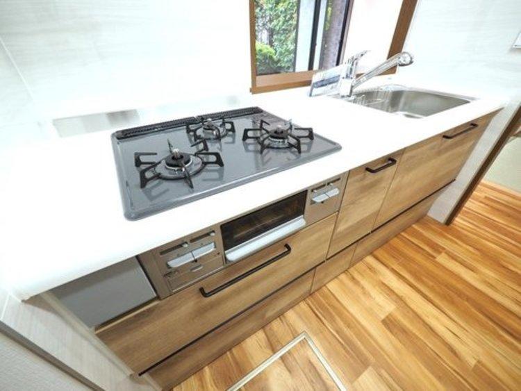 キッチンスペースは収納数もさる事ながら、リビングで寛ぐ家族や小さなお子様を見守りながら料理が出来る「対面式の温もり設計」。