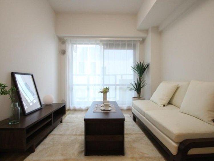 明るく開放的なLDK。室内に豊かな陽光が注ぎ込む爽やかな住空間。ホームパーティーでもゲストと一緒に料理を楽しみながら素敵な時間を過ごせそう。