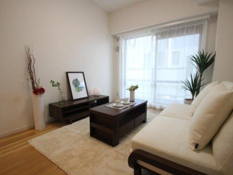 贅沢といえるほどの豊かな居住性と、プライドを満たすクオリティが見事に調和した住空間。リビングも広く設け、訪れる人々を暖かく迎えてくれます。