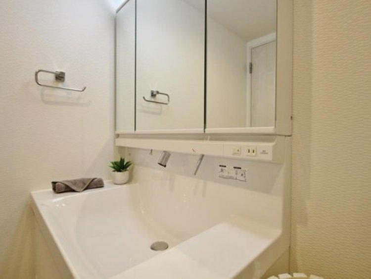 使いやすい三面鏡の裏やベースキャビネットには収納スペースもたっぷり。手入れしやすいシャワーヘッド、人造大理石ボウルの仕様となっております。