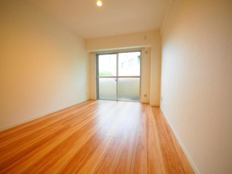 日照に恵まれたお部屋。柔らかい自然光で朝目覚める暮らしが送れるだろう。また、機能的な収納を配置して、片付いた空間も実現出来そう。