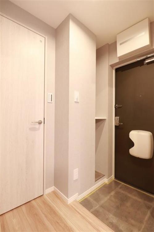 タイル張りの広々とした玄関です。収納や全身鏡もあり使い勝手が良いです。