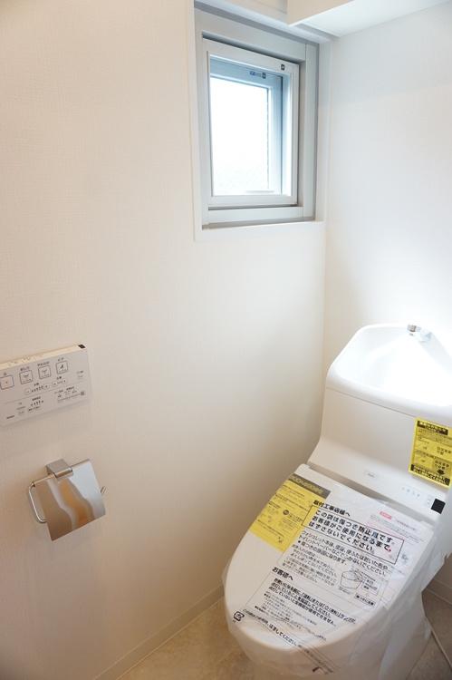 窓付きのトイレです