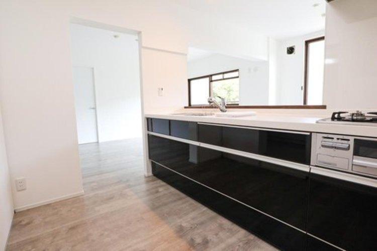 お部屋の雰囲気に合わせ、カッコイイキッチンを設置。正面はオープンになっているのでキッチンまで明るい空間になっています。