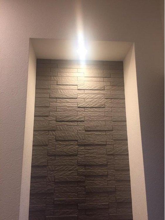 玄関にはエコカラットを貼り、調湿消臭効果とインテリアの効果が出ています。
