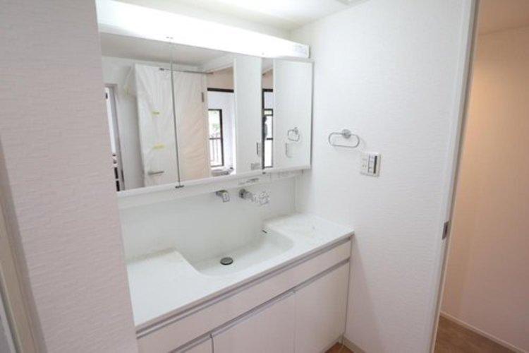 洗面化粧台は幅が広いため。カウンターを利用できます。鏡には収納可能です。