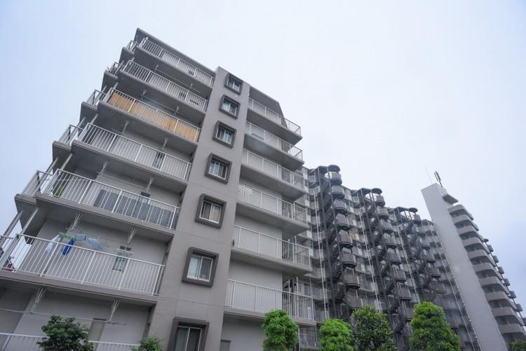 建物の輪郭が周辺風景とやさしく溶けあい、その姿が作り出すゆったりとした落ち着きと安心感が住まう人を温かく包みます。