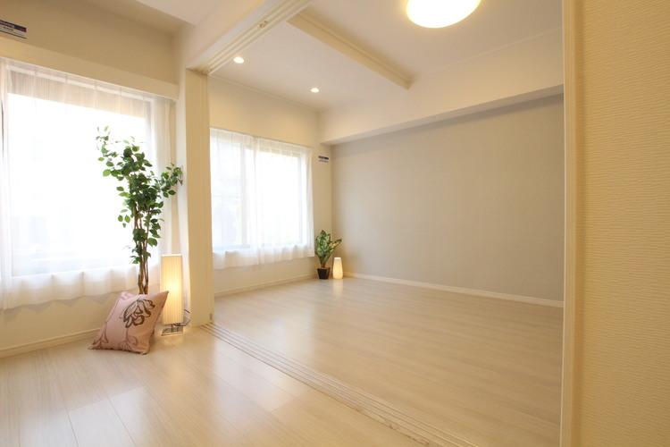 洋室とリビングの間は引戸を採用。広々LDKとしてお使いいただけます