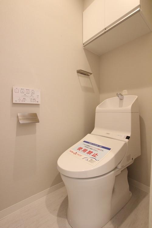 肌寒い季節も快適にご利用いただける、温水洗浄機能・便座暖房機能付きのトイレ