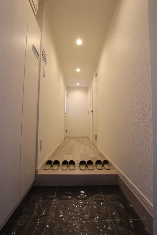 玄関人感センサー付き。自動点灯で深夜の帰宅でも明るい玄関が迎えてくれます