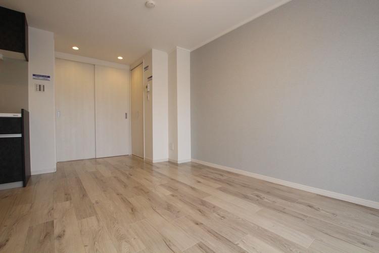 壁一面に貼られたアクセントクロスは主張の少ない淡い配色。どんな家具にも合わせやすいです