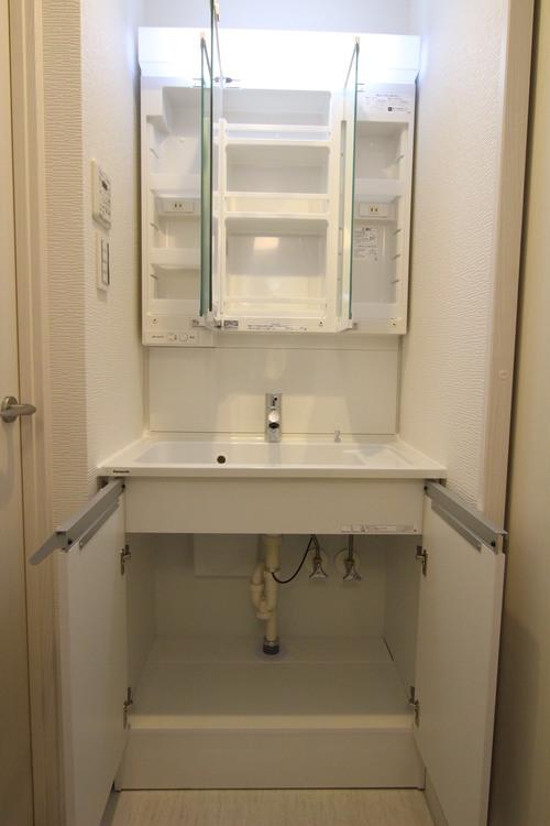 3面鏡裏にはコンセントが設置されているため、シェイバーなども充電可能です