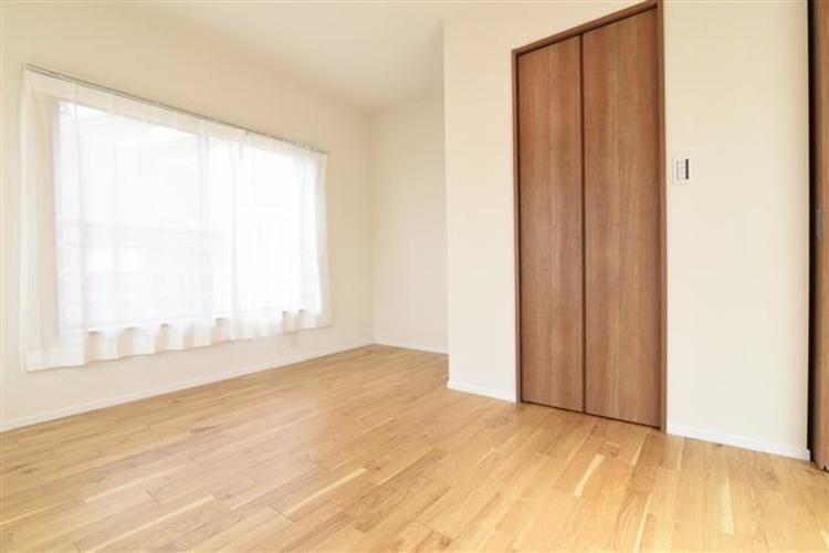 陽当たり良好な2面採光の洋室3 6.6帖のお部屋になります。