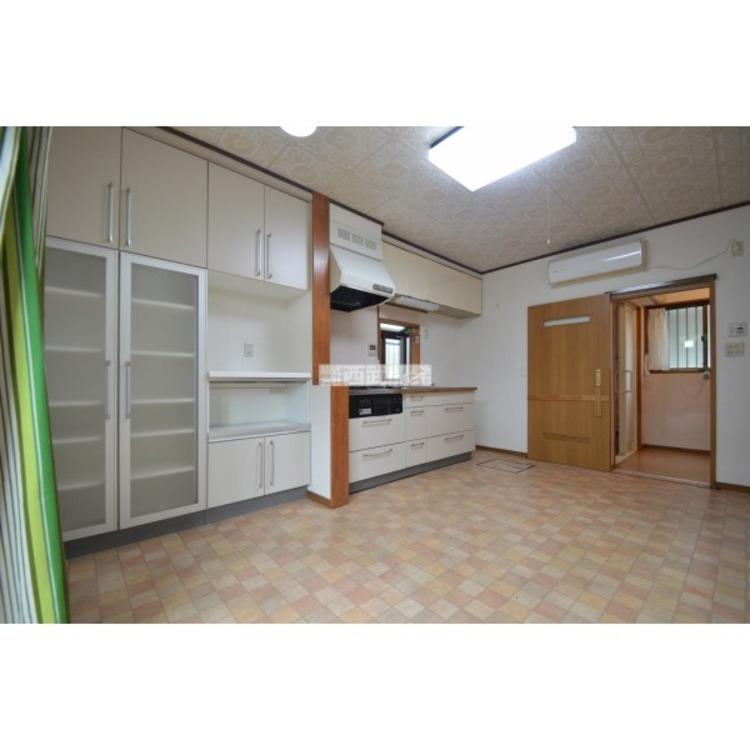 収納力の高い食器棚