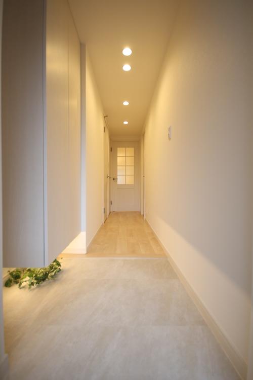 フロート仕様の間接照明が幻想的な雰囲気を作りだす、明るく清潔感のある玄関です