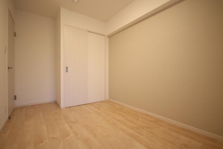 こちらの洋室の一部壁面には、空間に馴染みやすい淡い色合いにアクセントクロスを採用しました