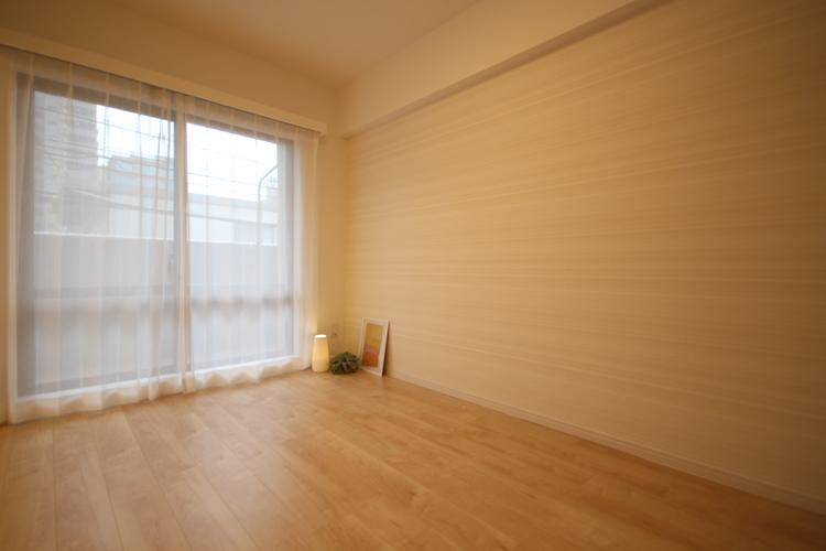 バルコニーに面した洋室。陽光と風が届く、心地良い空間です