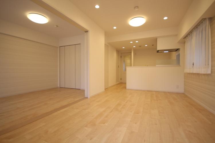 リビングに隣接する建具には引き込み戸を採用。用途に合わせて空間をフレキシブルに活用できます