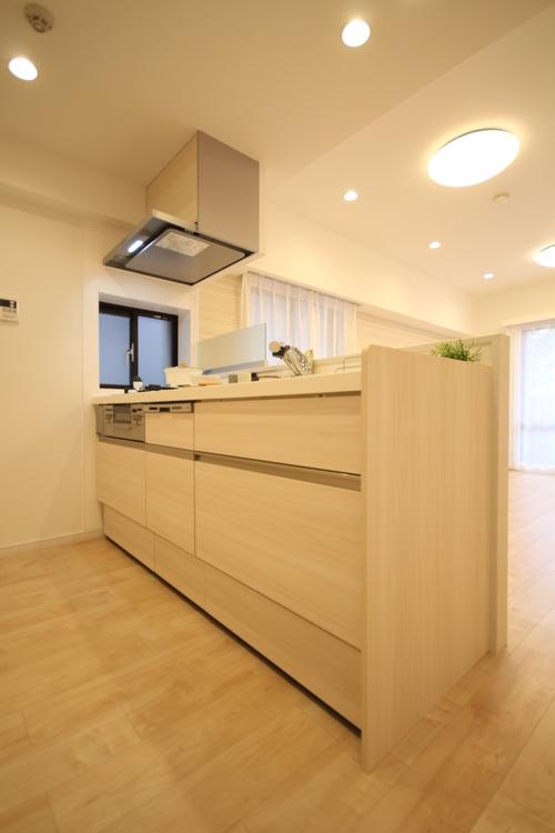 浄水器や食洗機、スライドストッカーなどの便利な機能が備わったキッチン
