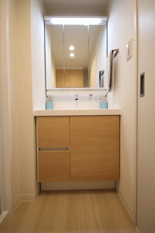 清掃性と収納力を実現した洗面化粧台