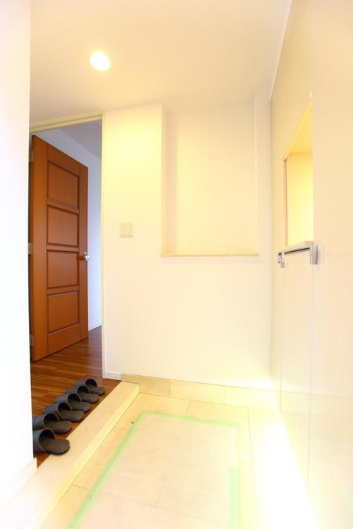 お掃除がしやすそうな広々とした玄関。綺麗な玄関でお客様を迎えられます
