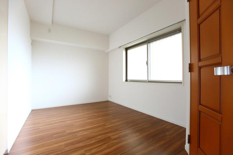 白が基調のシンプルな居室。レイアウトを自由に行えます