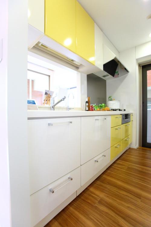 ポイントカラーに黄色が使われていて、おしゃれな雰囲気の対面式キッチン