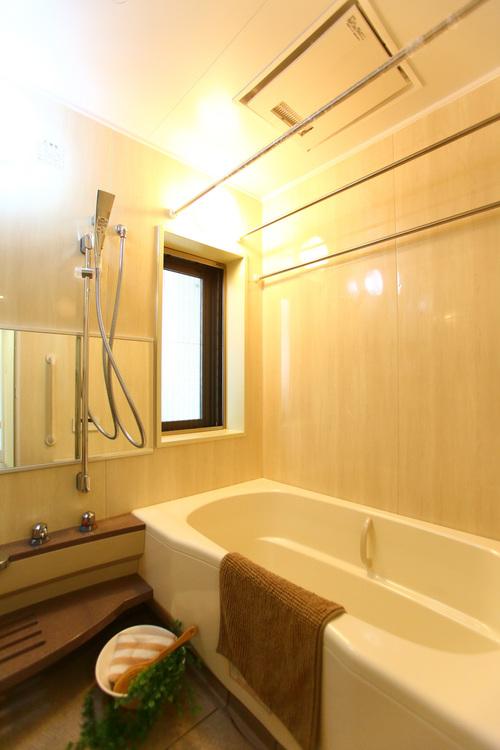 浴室には窓があり、しっかり換気することが可能です