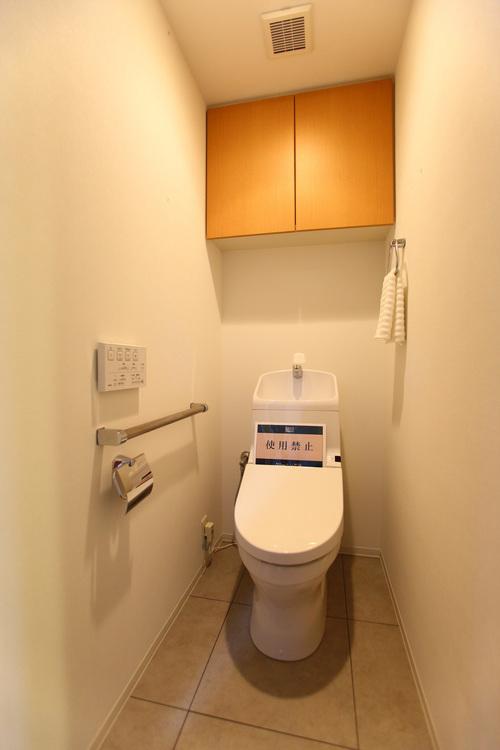 ウォシュレット付きのトイレ。手すりがついていて立ち上がる際も便利です