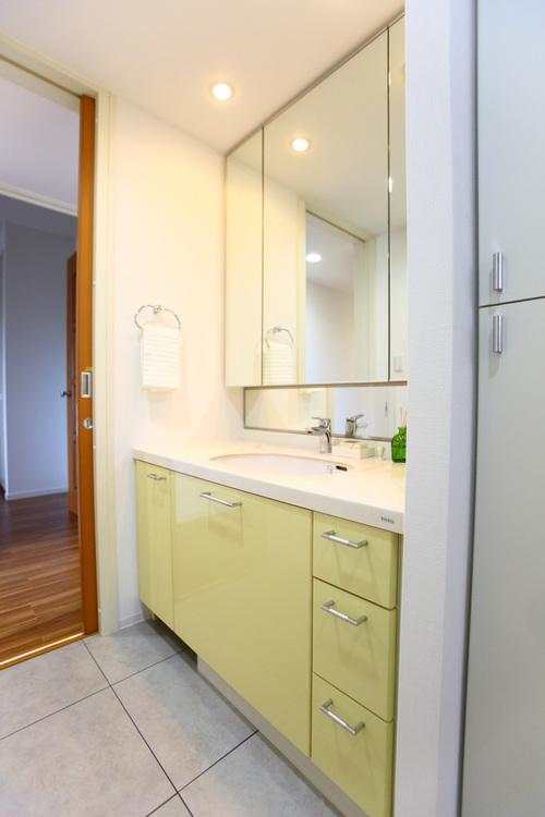 大きな鏡があり使いやすい独立洗面台。低い位置にも鏡があり、お子様も使えます