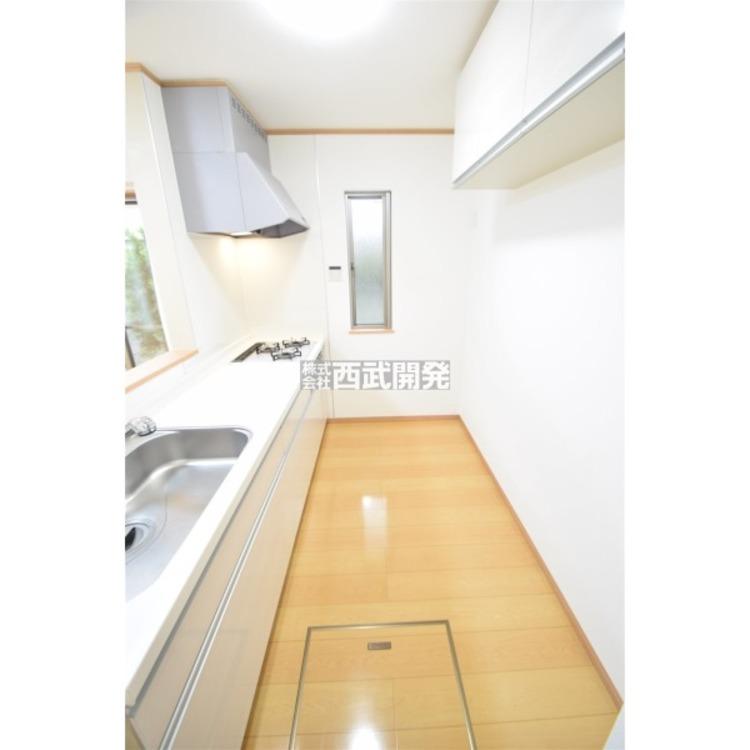 キッチン背面に吊り戸収納があり、しっかり収納できます。
