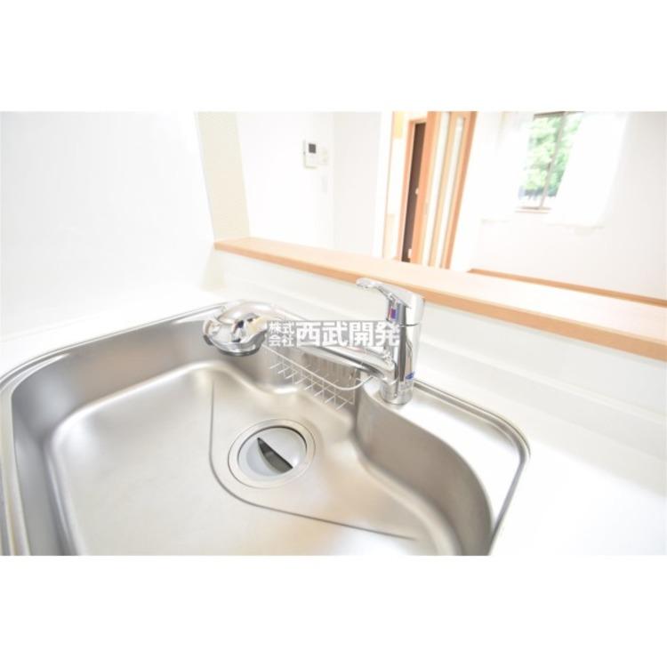 キッチンの蛇口には浄水器を内蔵。伸縮ノズルでシンクのお掃除にもお役立ち!